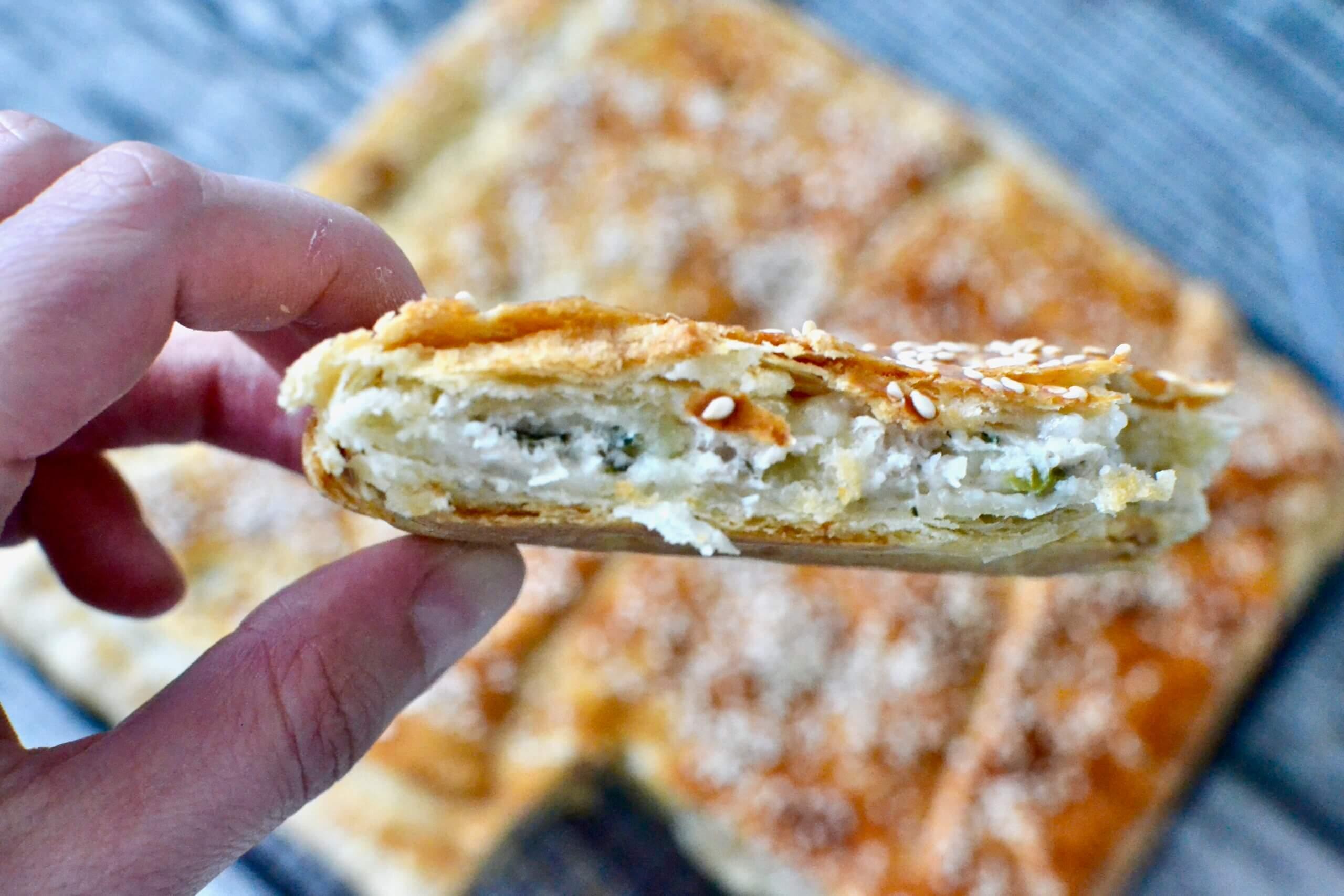 Мясной пирог на кефирном слоёном тесте